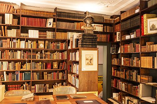 Bücherstube im EOS Buchantiquariat mit Literatur, Kunst und Musik