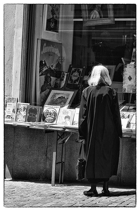 Kundin vor dem Schaufenster EOS Buchantiquariat