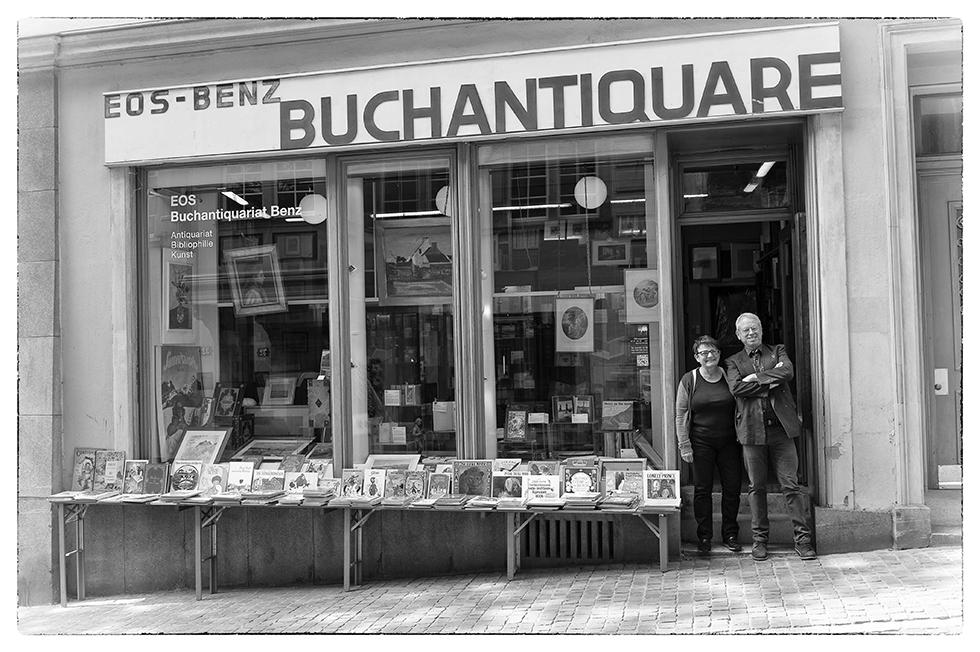 Marcus und Gertrud Benz vor ihrem Ladengeschäft
